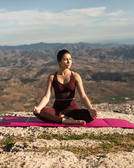 Вид спереди женщина на йога коврик медитации