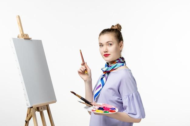 흰 벽 예술 그림 사진 그리기 아티스트 이젤 연필에 그릴 준비 전면보기 여성 화가