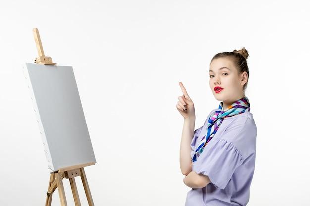 흰색 배경에 그림을위한 이젤과 전면보기 여성 화가 그리기 예술 사진 아티스트 페인트 그림 술