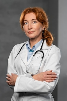 Vista frontale del medico femminile con la posa dello stetoscopio