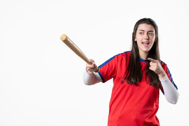 野球のバットを持つ正面図の女性プレーヤー