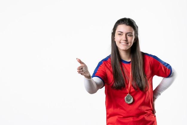 Вид спереди женский игрок с медалью
