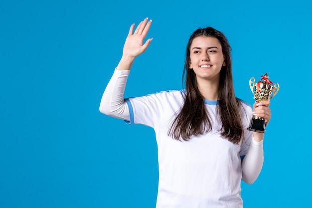 Женщина-игрок, вид спереди с трофеем