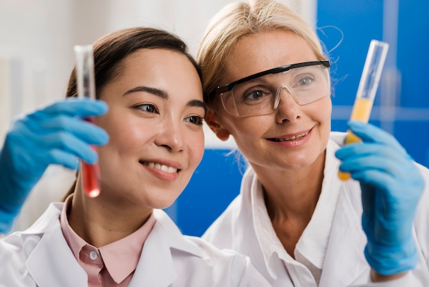 Vista frontale delle scienziate che analizzano sostanza in laboratorio
