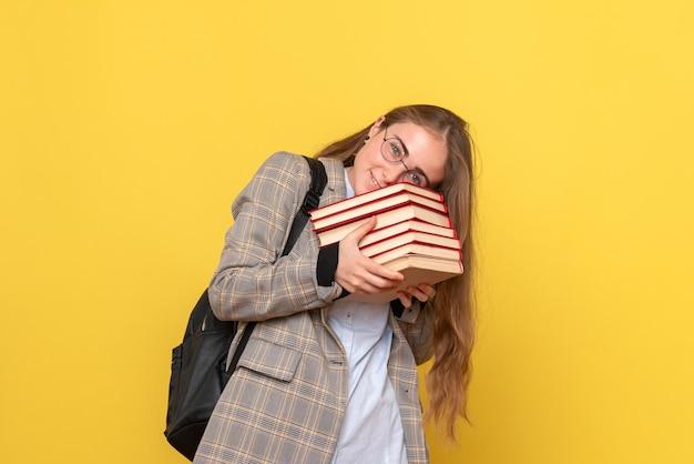 Vista frontale della studentessa con i libri