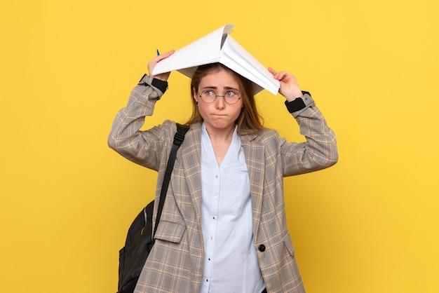 Vista frontale della studentessa con i file