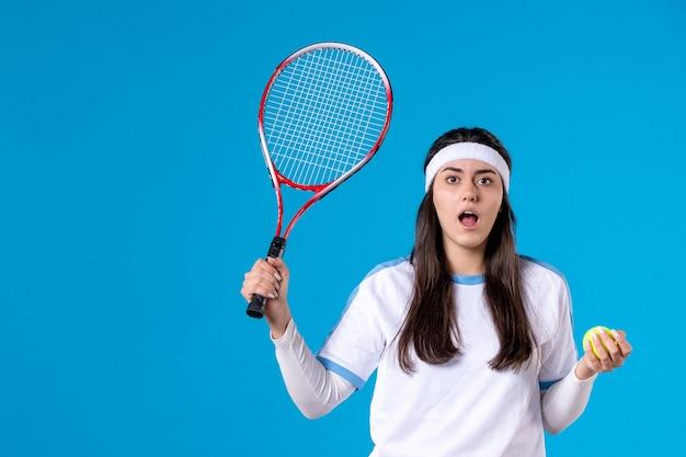 테니스 라켓과 공을 들고 전면보기 여자 테니스 선수