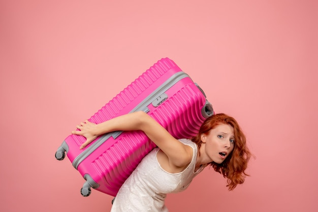 그녀의 분홍색 가방을 들고 전면보기 여성 관광