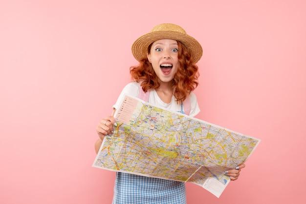 Turista femminile di vista frontale che esplora la mappa che prova a trovare la direzione nella città straniera