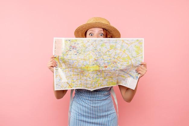 외국 도시에서 방향을 찾으려고하는 전면보기 여성 관광객 탐험지도