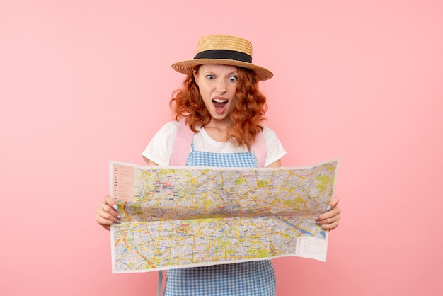 外国の都市で方向を見つけようとしている地図を探索する正面図の女性観光客