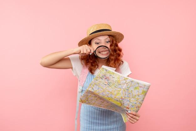 돋보기와지도를 탐험하는 전면보기 여성 관광