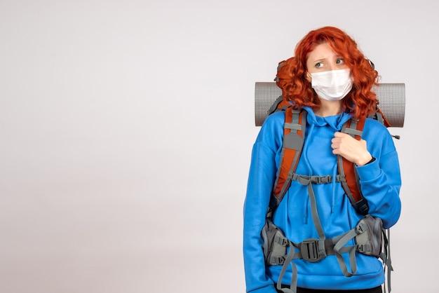 배낭 마스크에 산 여행에가는 전면보기 여성 관광객