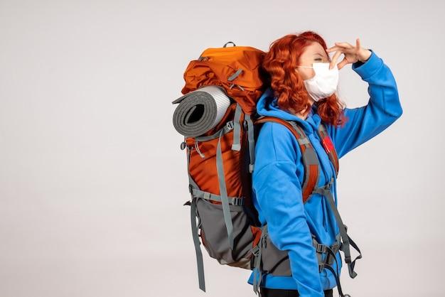 그녀의 코를 닫는 배낭과 함께 산 여행에가는 전면보기 여성 관광객