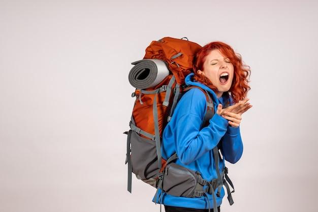 상처 팔을 가진 배낭과 함께 산 여행에가는 전면보기 여성 관광객