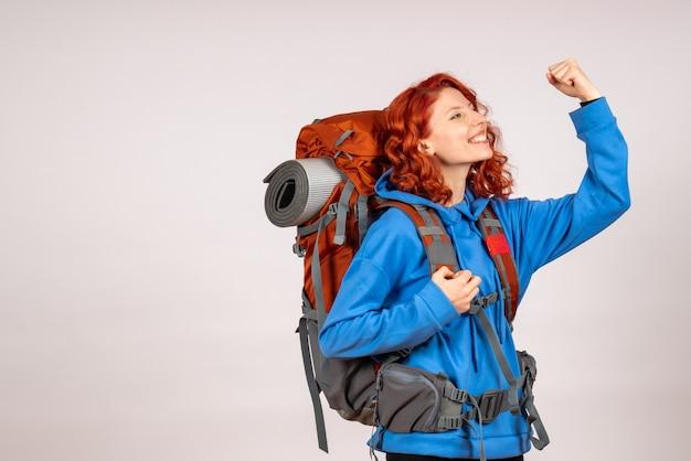 배낭과 함께 산 여행에가 전면보기 여성 관광