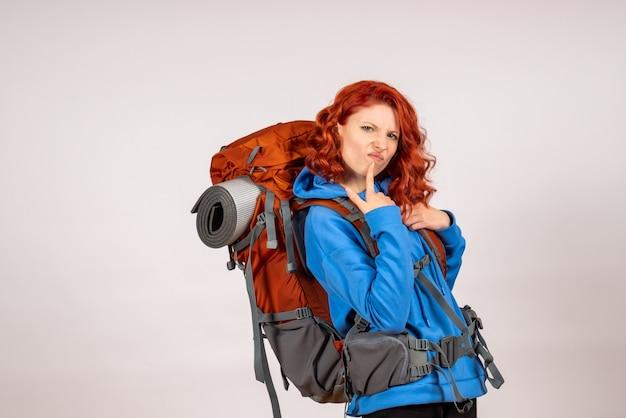 バックパックで山の旅に行く正面図の女性観光客