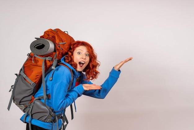 山の旅に行く正面図の女性観光客