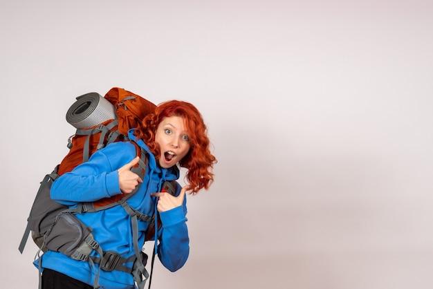 Женщина-туристка, идущая в горное путешествие, вид спереди
