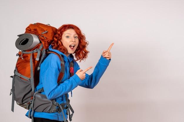 Turista femminile di vista frontale che va in viaggio di montagna