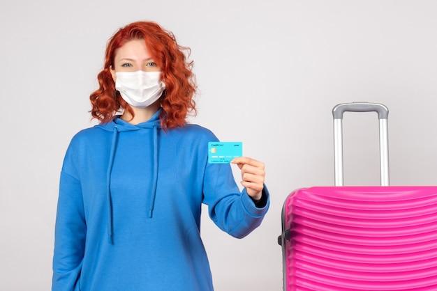 마스크에 은행 카드를 들고 전면보기 여성 관광