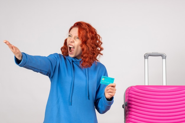 은행 카드를 들고 전면보기 여성 관광
