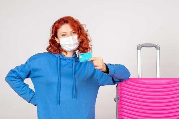 Вид спереди женский турист, держащий банковскую карту