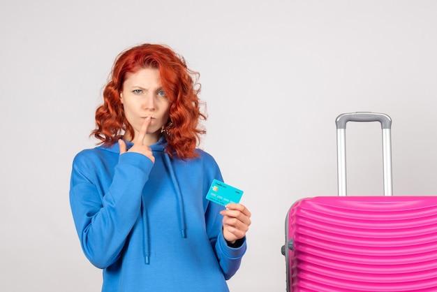 銀行カードを保持している正面の女性観光客