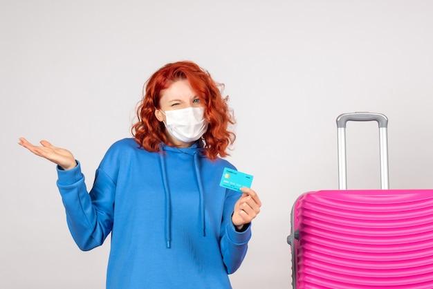 은행 카드를 들고 마스크에 전면보기 여성 관광