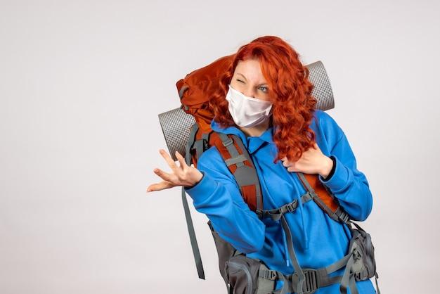 彼女のバックパックとマスクで正面図の女性観光客