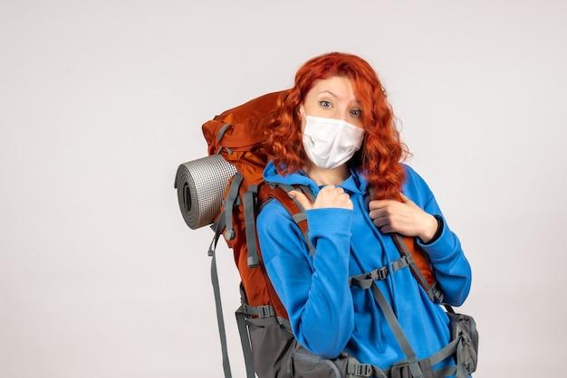 Turista femminile di vista frontale in maschera con lo zaino