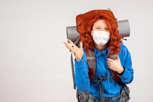 Turista femminile di vista frontale in maschera con il suo zaino