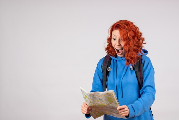 Turista femminile di vista frontale con zaino e mappa