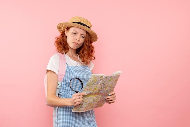외국에서 방향을 찾으려고하는지도가있는 전면보기 여성 관광객