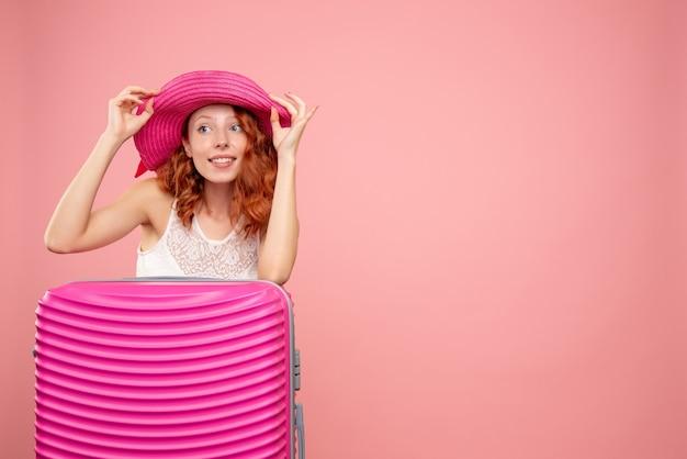 분홍색 가방과 은행 카드를 들고 전면보기 여성 관광