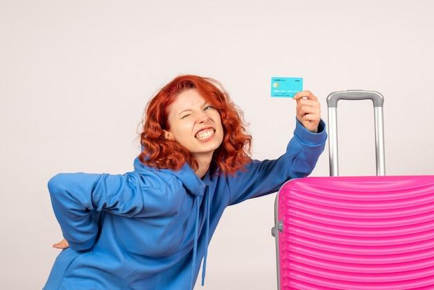 Turista femminile di vista frontale con borsa rosa e carta di credito