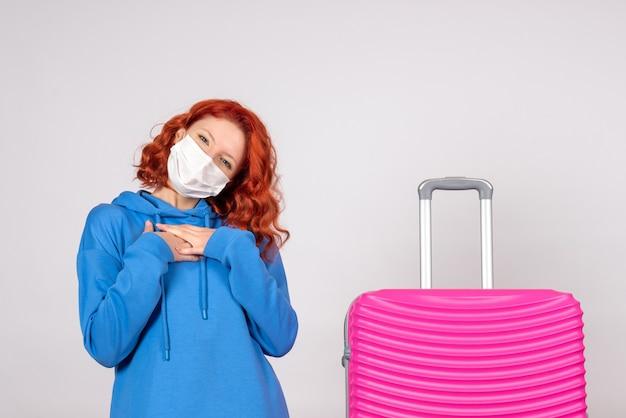 マスクのピンクのバッグと正面の女性観光客