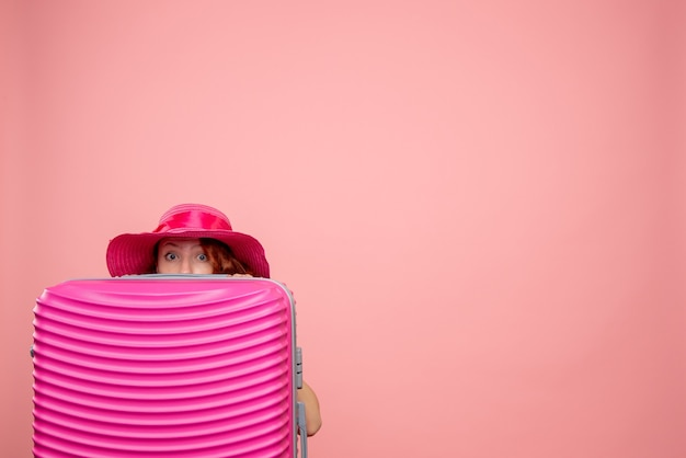 Вид спереди туристка с розовой сумкой