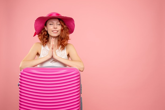 ピンクのバッグと正面の女性観光客