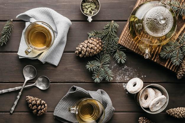 Disposizione festiva vista frontale con tè e pigne