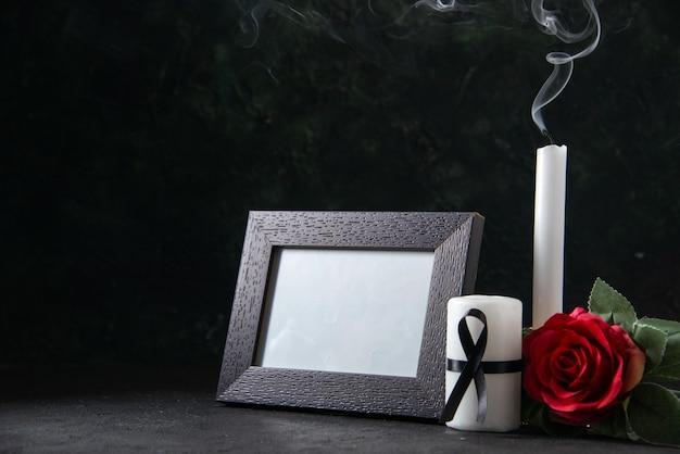 Vista frontale di candele senza fuoco con cornice su nero