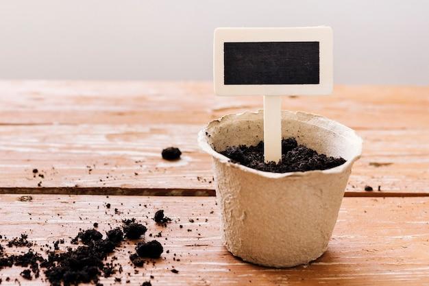 テーブルの上の正面の植木鉢