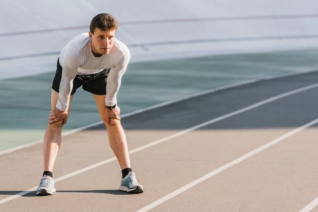 Vista frontale dell'atleta concentrato