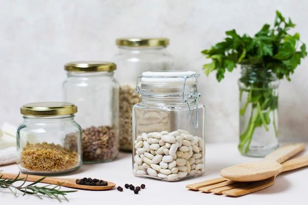 正面の食べ物と調味料の配置
