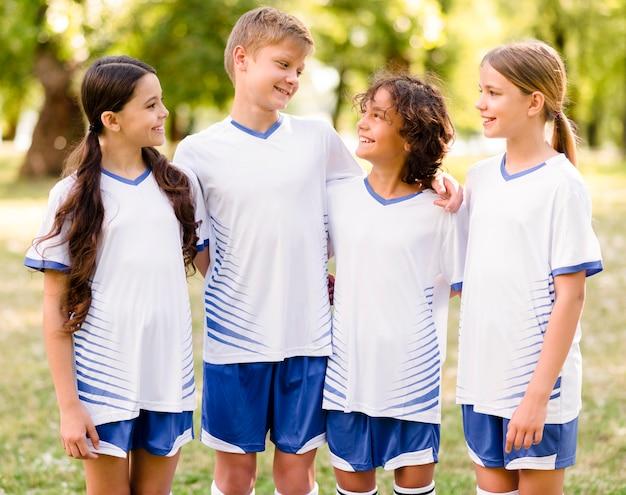Compagni di squadra di calcio vista frontale in posa