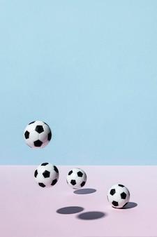 Vista frontale di palloni da calcio che rimbalzano con lo spazio della copia