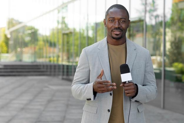 正面図の正式な男性ジャーナリスト