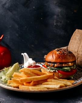 회색 벽에 햄버거와 함께 전면보기 감자 튀김