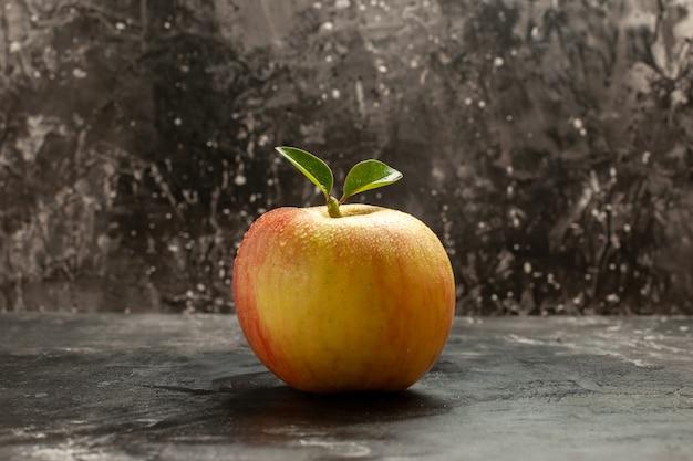 Vista frontale mela fresca sulla frutta scura matura vitamina albero succo dolce colore foto