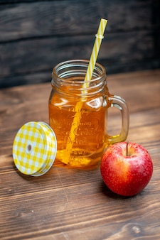 전면보기 신선한 사과 주스 내부는 어두운 바 과일 음료 사진 칵테일 색상에 신선한 사과와 함께 할 수 있습니다.